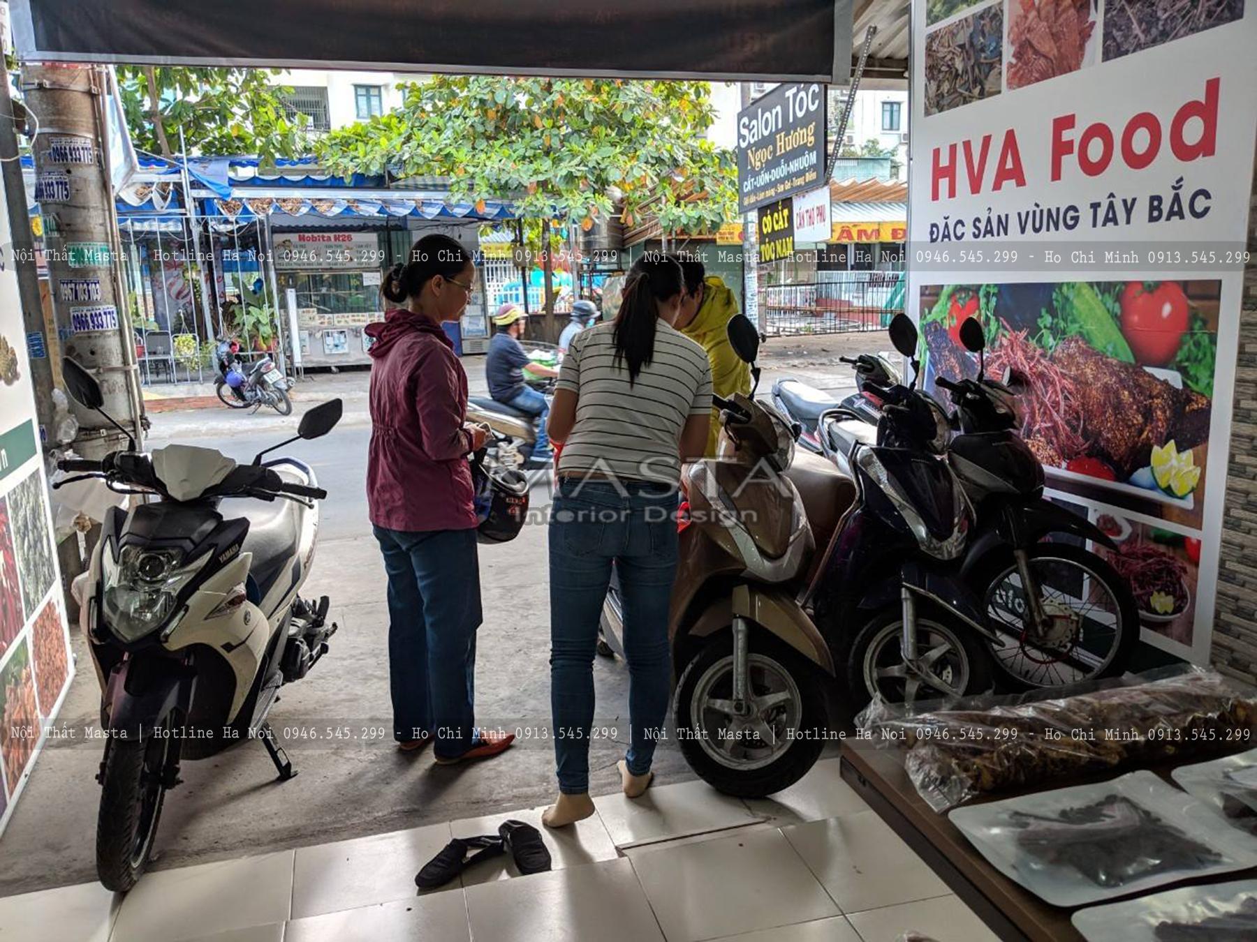 Hình ảnh khách hàng đến mua sắm sản phẩm tại cửa hàng