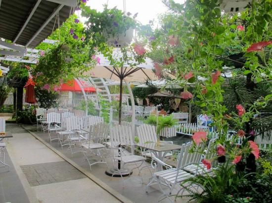 Thiết kế quán trà sữa sân vườn đơn giản