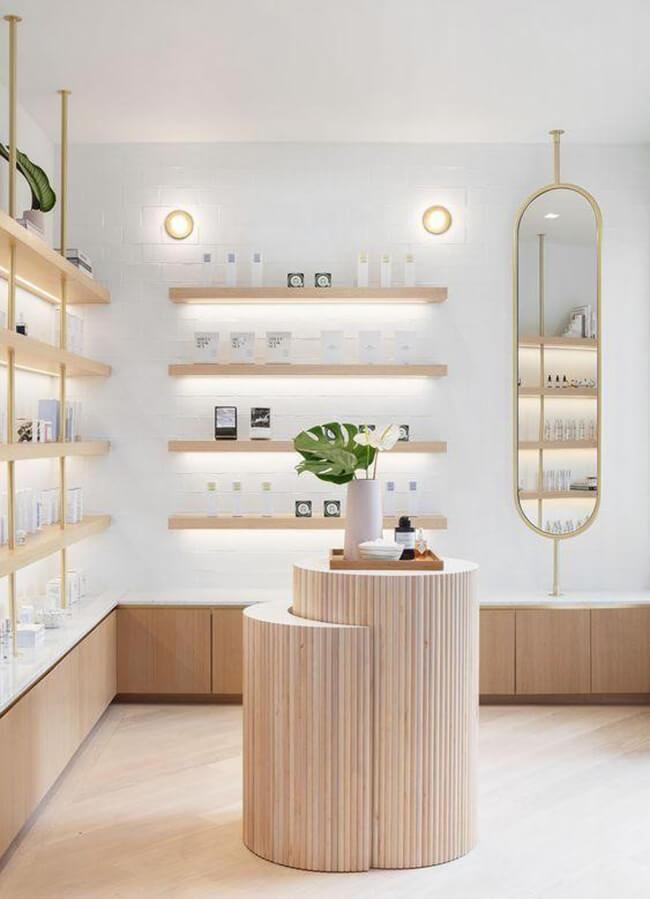 Bố trí kệ trưng bày và gương soi trong thiết kế cửa hàng mỹ phẩm vô cùng tinh tế
